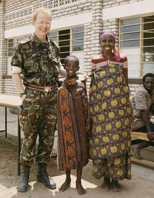 Chirurgo e cantante, in questa foto Eddie Chaloner si trova in un campo profughi nel Rwanda sud occidentale nel 1994 insieme a un ragazzo da lui operato e sua mamma. Photo source: http://www.dailymail.co.uk/news/article-3375020/NHS-song-star-saved-tear-jerking-story-Christmas-Number-One-choristers-nurse-MS-star-treated-her.html.