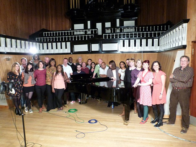 """Il coro Lewisham NHS nello studio di Londra dove ha registrato il singolo """"A bridge over you"""". Photo Source: https://www.facebook.com/LewishamNHSChoir."""