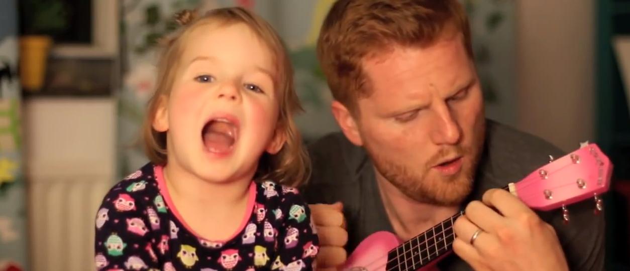 papà e figlia cantano insieme