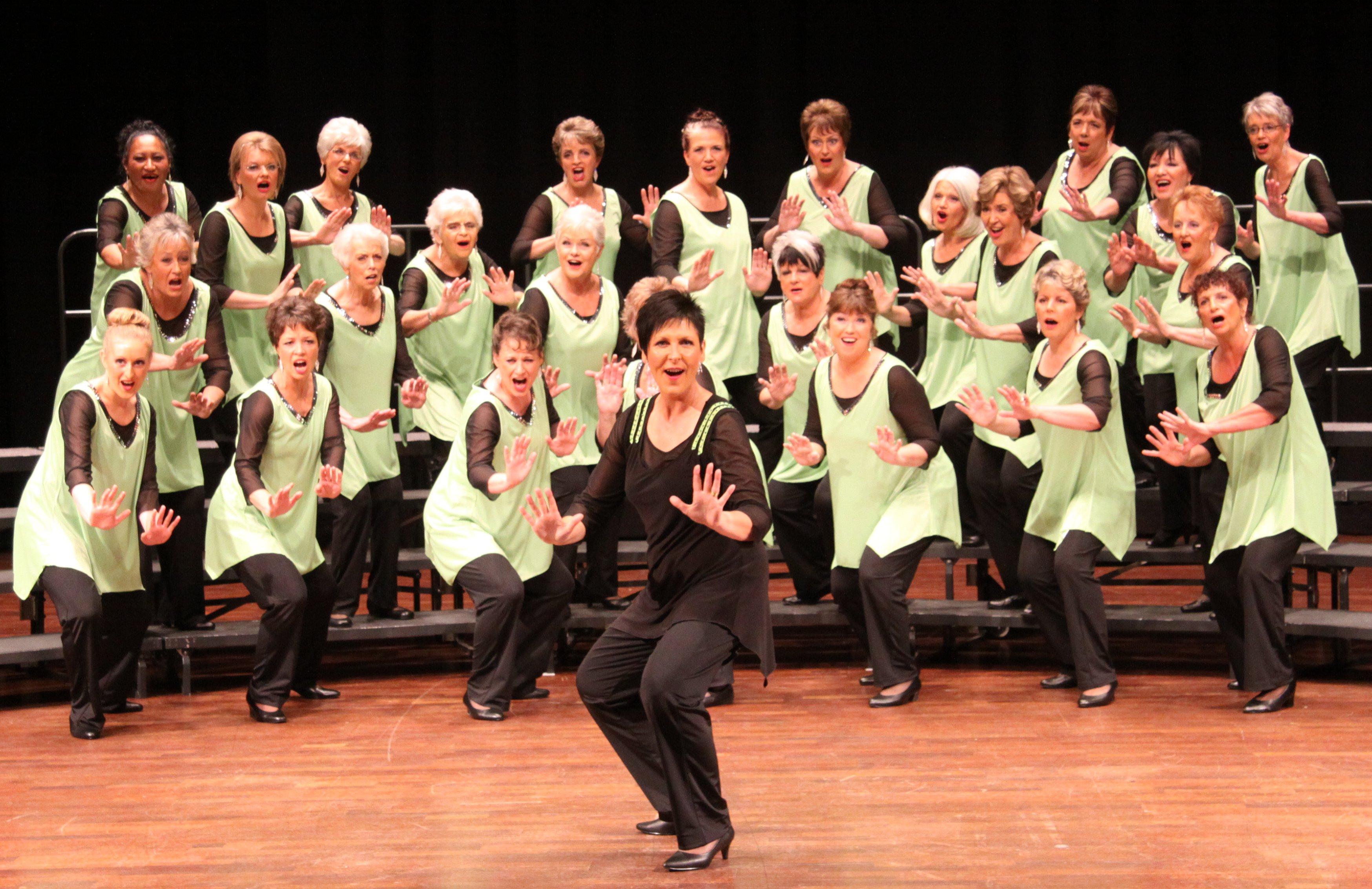 Le coreografie sono molto inusuali per un coro, ma di grande impatto. Un ottimo modo per ravvivare le vostre performance canore!