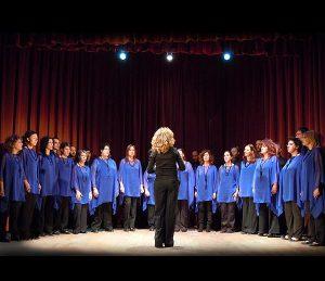 Il Coro Incontrotempo durante una performance.
